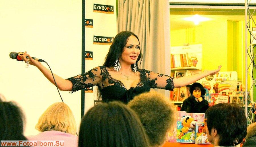 Лариса Луста исполняет песню