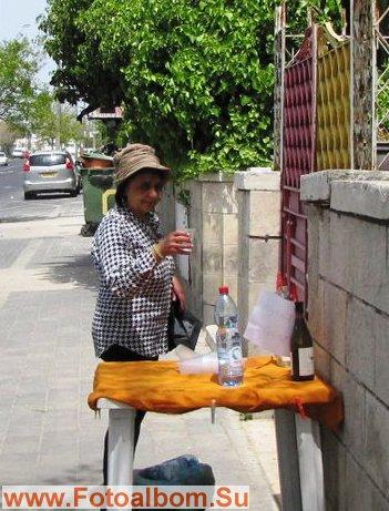 В жаркую погоду у калитки хозяин дома выставляет столик ,где можно напиться