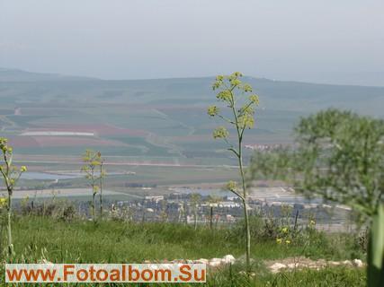 С вершины горы хорошо видны жилые и промышленные постройки