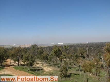 На дальнем плане-сектор Газа,откуда арабские террористы обстреливают территорию