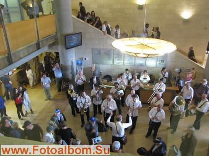 В вестибюле оркестр играет военные марши